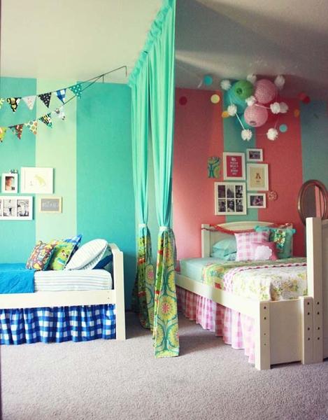 Шкафы и этажерки тоже могут поделить комнату для двух разнополых детей