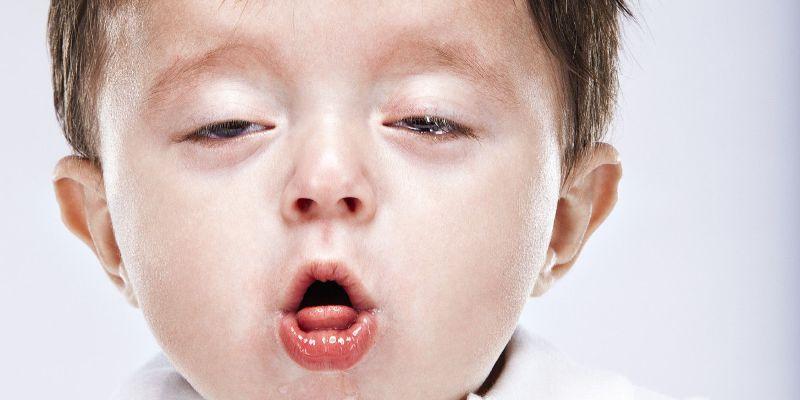Прислушайтесь, нет ли у ребенка хрипов или свиста, сопровождающих дыхание в спокойном состоянии и во время приступа.