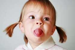 короткая уздечка языка у ребенка