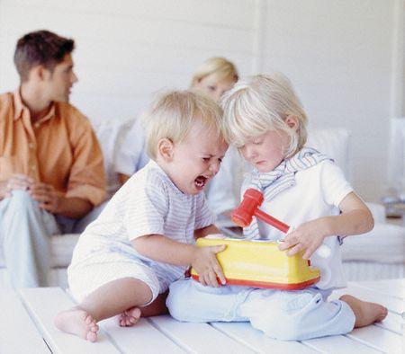 ребенок дерется