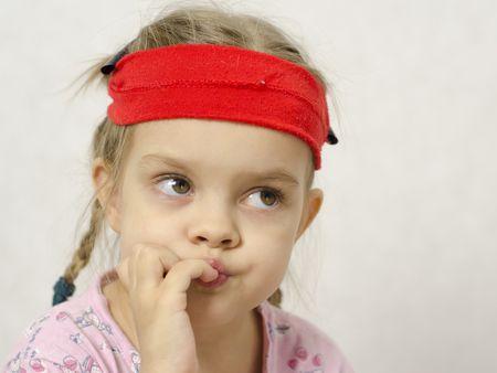 ребенок грызет ногти причины