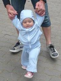 rebenok-uchitsya-xodit