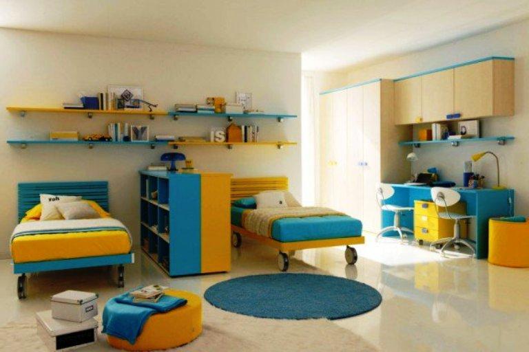удобная детская комната для двух мальчиков школьников