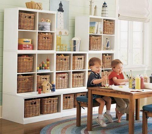 Стеллаж со стильными плетеными корзинами для игрушек