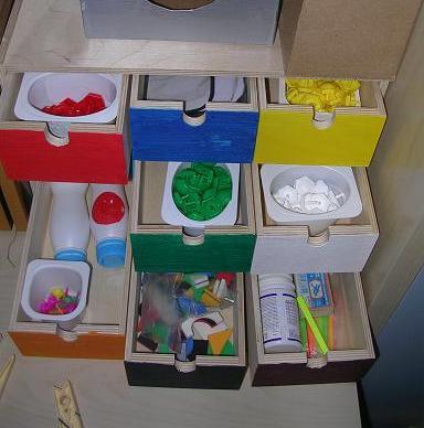 Разноцветные ящички для хранения игрушек